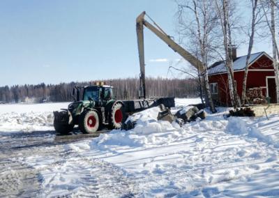 vihreä-traktori-lumessa