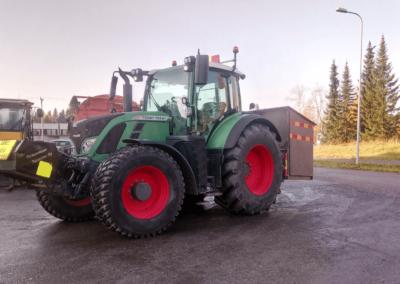 vihreä-traktori-sateen-jälkeen